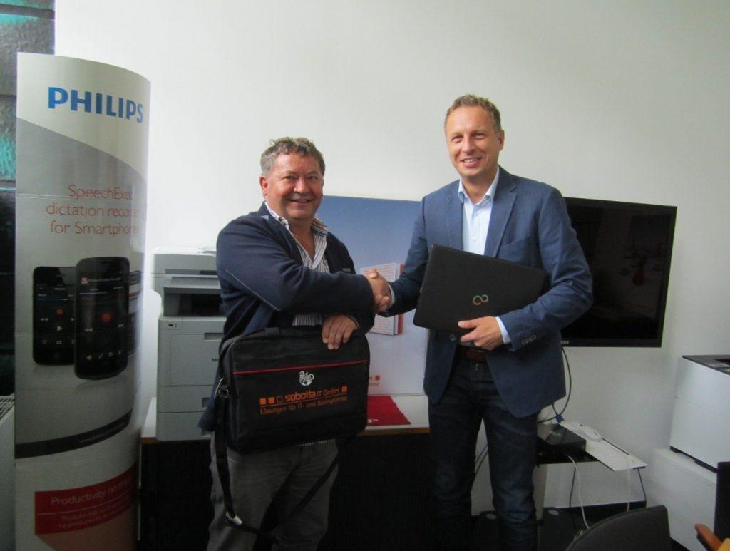 GF Stephan Müller von Sobotta IT bei der Übergabe der Laptops an den GF des FVSL e.V.