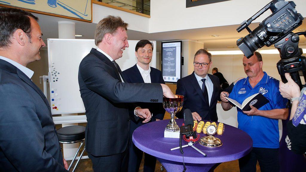 Frank Viereckl, Dirk Majetschak, Heiko Rosenthal, Hermann Winkler und Harry Schramm bei der Auslosung.