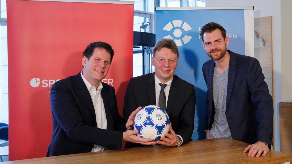LVZ-Geschäftsführer Björn Steigert, FVSL-Präsident Dirk Majetschak und Moderator Norman Baumgartner bei der Aufzeichnung des SPORTBUZZER-Magazins.